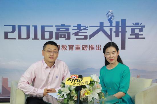 西南民族大学招办老师哈英达(左)