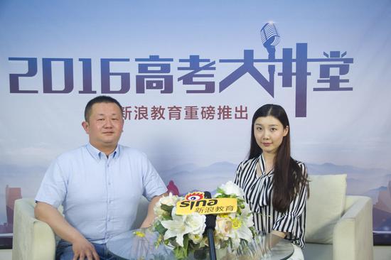 河西学院招生办王晓虎(左)