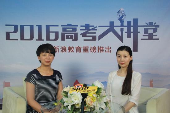 首都经贸大学招生办公室主任崔颖(左)