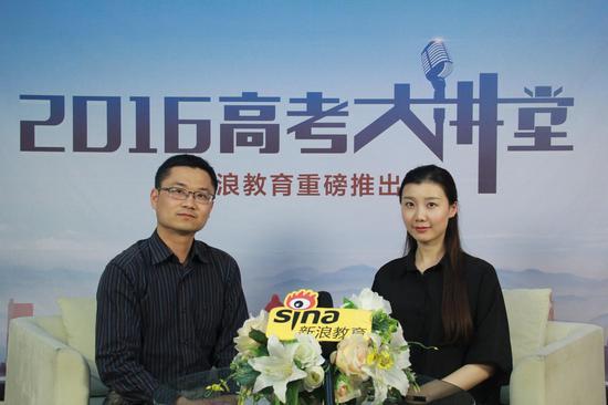 北京印刷学院的招生办主任孙鹏(左)