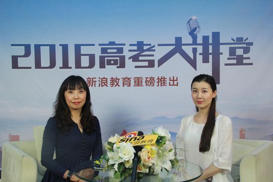 北京建筑大学招生就业处处长李雪华(左)