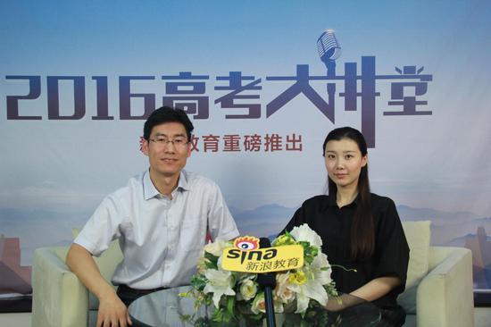 天津职业技术师范大学招生办副主任纪国亮(左)