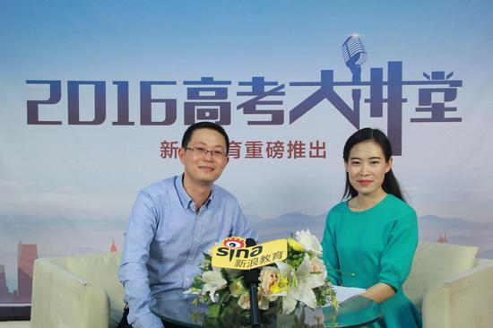 重庆大学招办主任张永祥(左)