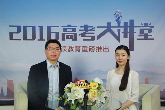 陕西科技大学招生工作办公室的王宁(左)