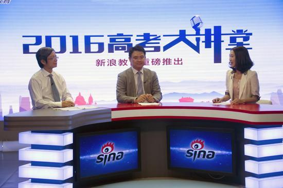 南京大学学生工作处副处长索文斌(右二)、南京大学教务处处长邵进(左一)