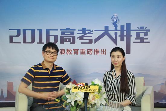 南政法大学招生办公室副主任李启登(左)