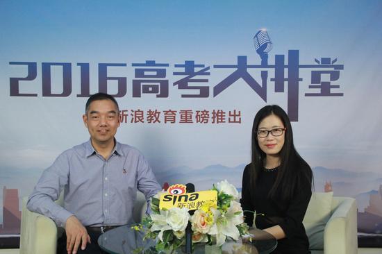 中南财经政法大学工作部部长雷照荣(左)