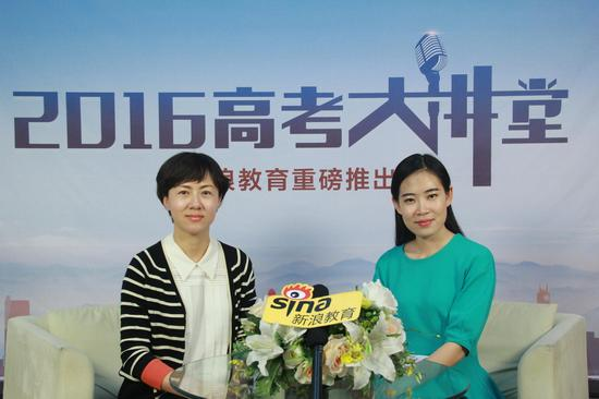 北京石油化工学院的招办主任魏融(左)