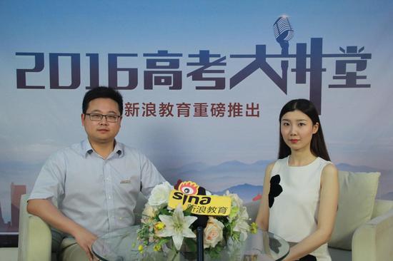 中国地质大学武汉的招生办公室主任朱继(左)