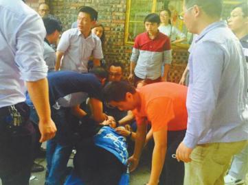 5月24日,卢老师晕倒后,学生将她抬到担架上。