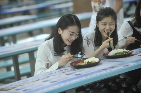 """重庆某大学三名女生近期因为同学提供叫早服务,在校园走红,被同学笑称""""叫早女神团""""。"""