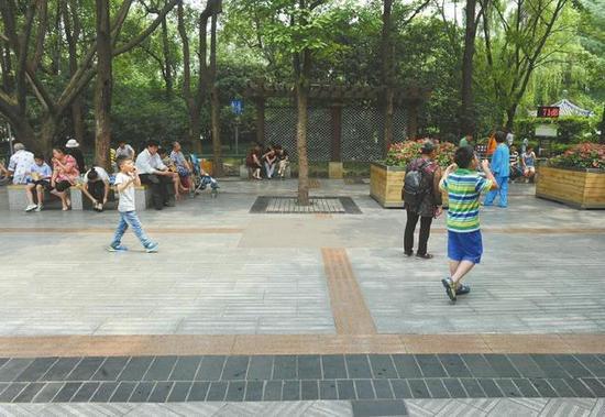 6月1日,成都人民公园高考降噪第一天,往日喧嚣的小广场变得很清静。