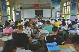 卢老师生前教过的两个班,如今已由胡泉接手。