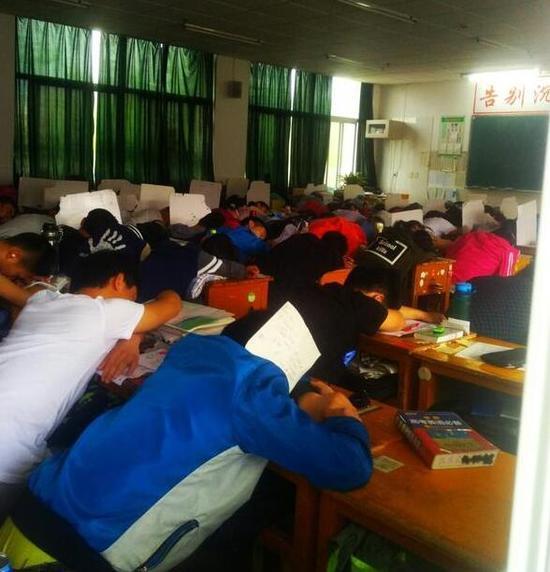 中午1点半,补习班的学生在午休(摄影/记者 李洪鹏)