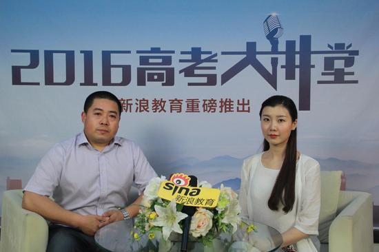 中国传媒大学南广学院招生计划与录取管理科科长刘瑞亮(左)