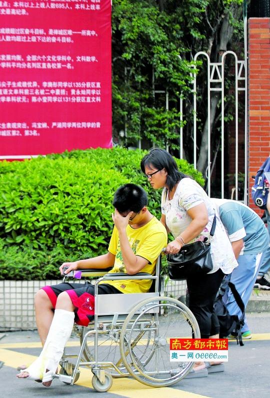 昨日下午,佛山二中考点外,一名荣山中学的考生坐着轮椅,在家长和老师陪同下前来踩点。南都记者 孙振飞摄