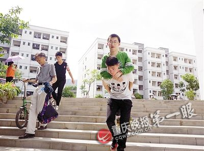 高考前踩场,同学们背他下梯坎。