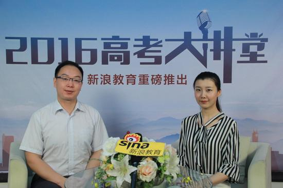 华中师范大学招生办公室副主任张德华(左)