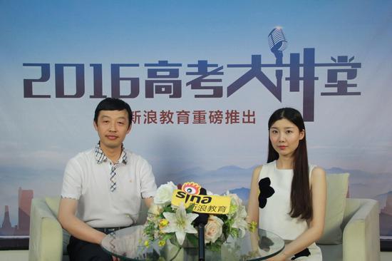 中国医科大学学生处处长田伟(左)