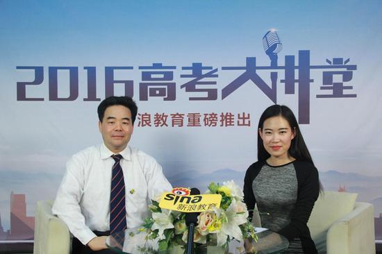 汕头大学招生办公室主任陈映林(左)