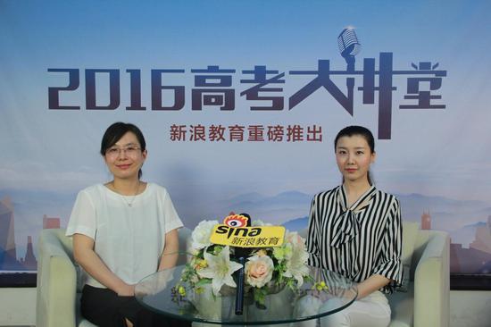 北京物资学院招生办公室主任孙静(左)