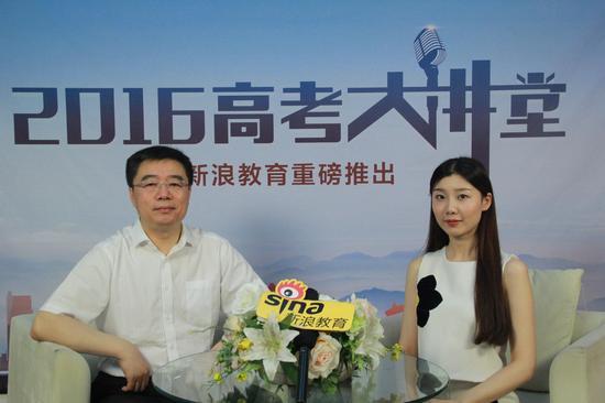 吉林大学招生办公室主任刘鹤(左)