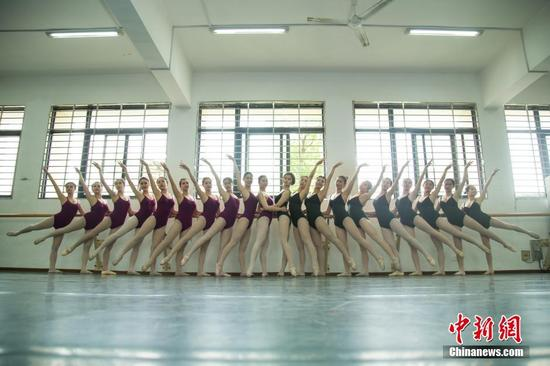 美腿来袭:三峡大学舞蹈系学生拍鲜花毕业照