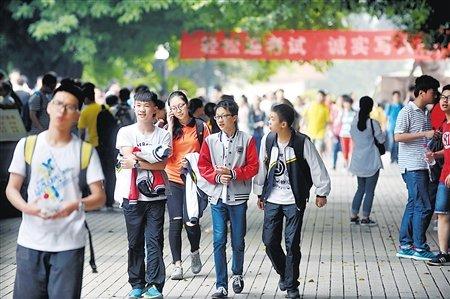 求精中学,考生们走出考场。 记者 李化 摄