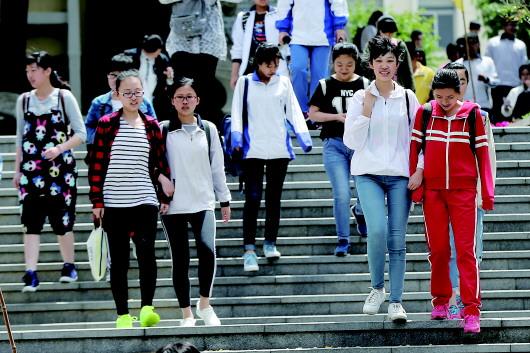 6月13日,39中考点,考生们完成考试走出考场。本报记者 孟达 摄