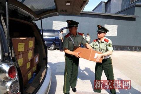 6月17日上午,北京地区四六级考卷由武警全程押运送至全市30余所高校的70余个考点。