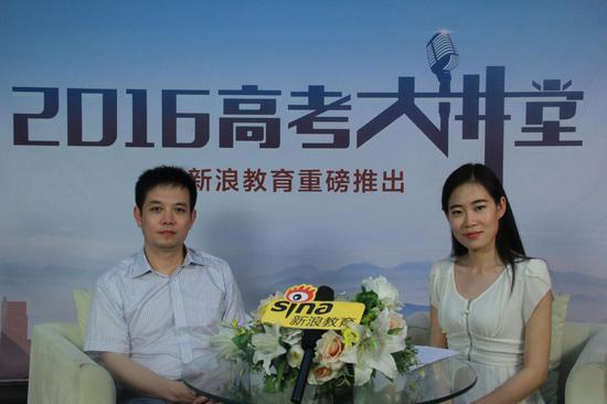 南京信息工程大学学生工作处副处长文亚平(左)