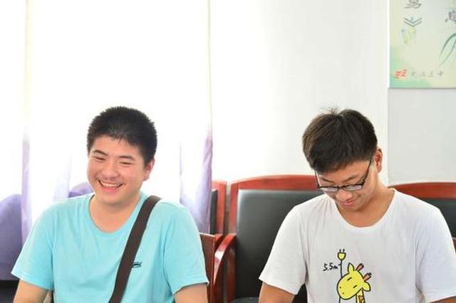 湖北高考理科状元梅知雨同学(左)
