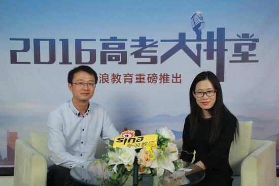 西安理工大学招办主任刘峰(左)