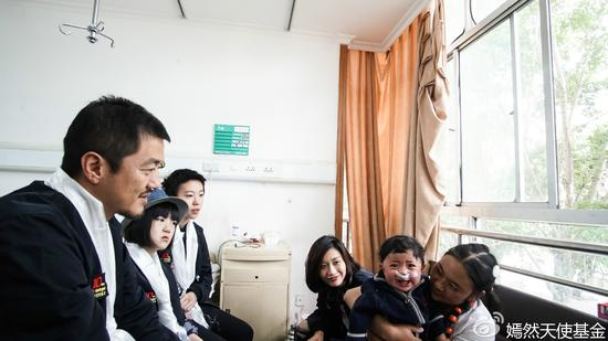李嫣探望病房里的儿童