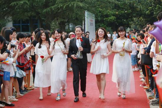 16组盛装打扮的毕业生代表陆续出场,展示着各自的青春风采。参加走秀的人员有情侣档、闺蜜档、同学档等,有的身穿西装,有的身着晚礼服或是旗袍,有的穿着民族特色服装等闪亮登场,颇有明星的阵容。