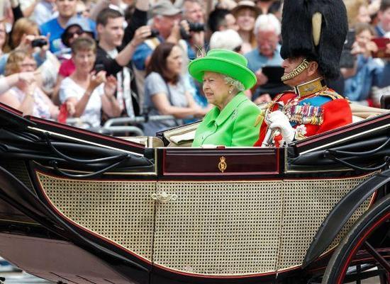 6月11日,在英国伦敦,英女王伊丽莎白二世和丈夫菲利普亲王乘马车返回白金汉宫。 新华社记者韩岩摄
