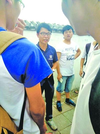 当地中介(图中黑衣男子和白衣男子)提出苛刻的待遇条件,希望学生们接受;