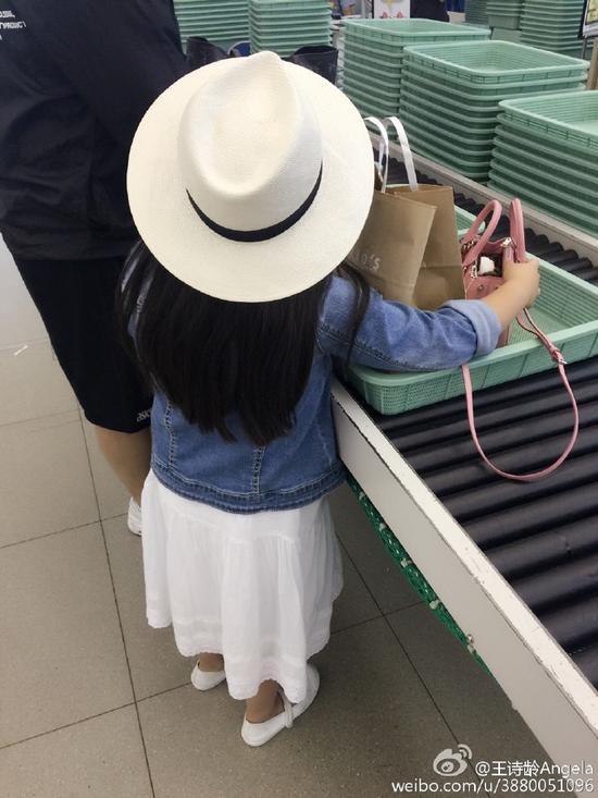 王诗龄在安检行李