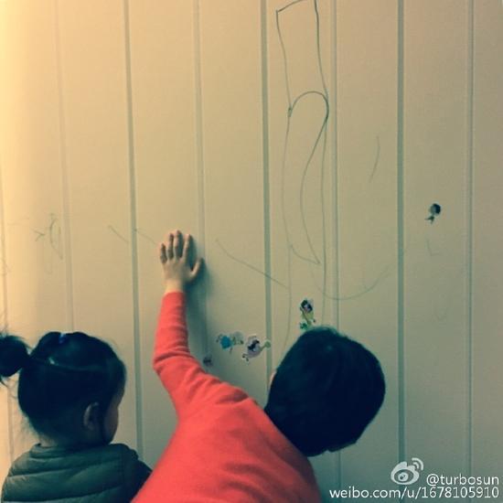 在墙纸上作画