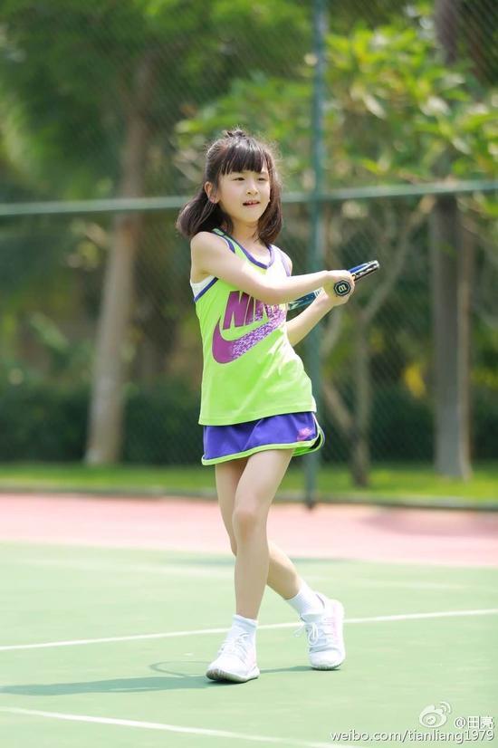 森碟打网球