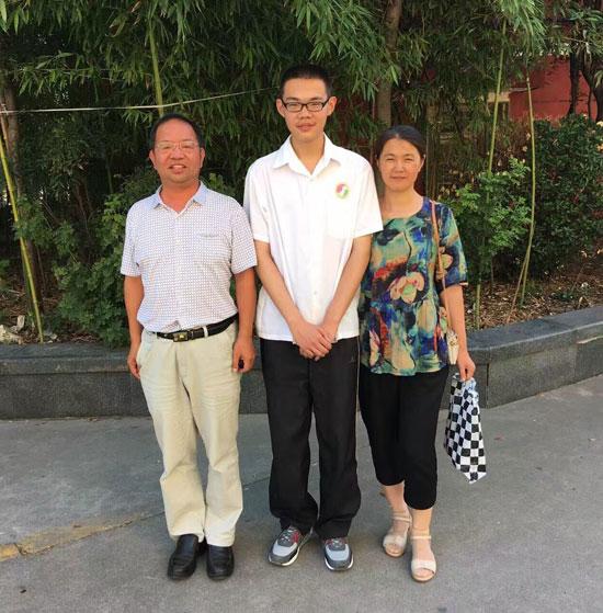 孙昊和妈妈以及刘新春教授在平阴一中家属院。刘新春/摄