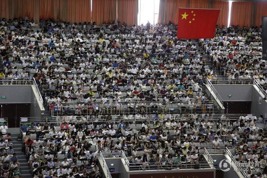 """2016年8月10日,在济南皇亭体育馆内,4000余名""""考研大军""""在听一位老师上大课,现场十分壮观,堪比奥运现场。"""