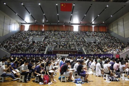 据了解,随着就业形势的压力,不少大学生开始纷纷加入到考研大军的队伍,通过考研来缓解就业形势。
