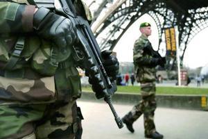 欧美国家堪忧的安全状况,促使很多留学生选择学成回国。图为法国军人在巴黎埃菲尔铁塔下巡逻。