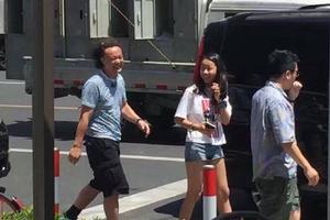 暑假生活:陈奕迅携妻女上海度假发型放荡不羁