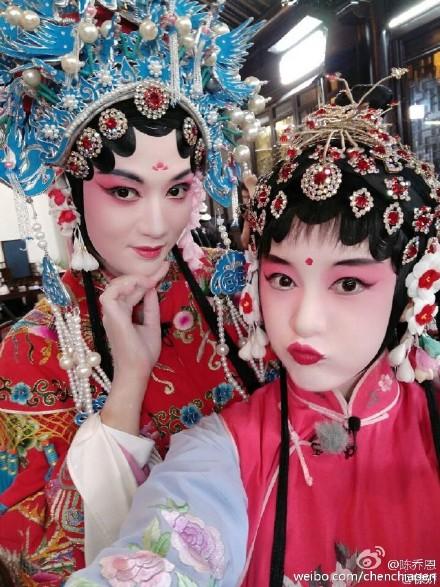 陈乔恩和徐娇戏子装扮