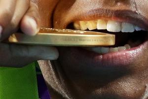 日本要用电子垃圾制作东京奥运奖牌(双语)