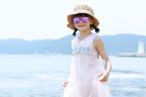 暑假最后:田亮晒森碟海边美照 清新如精灵
