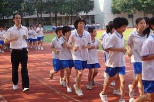 成都新规:中小学每天1节体育课 体质下降罚学校