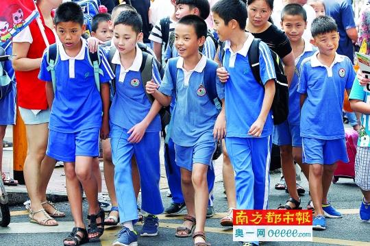 8月31日,罗湖新秀小学门前返校的学生。南都记者 徐文阁 摄